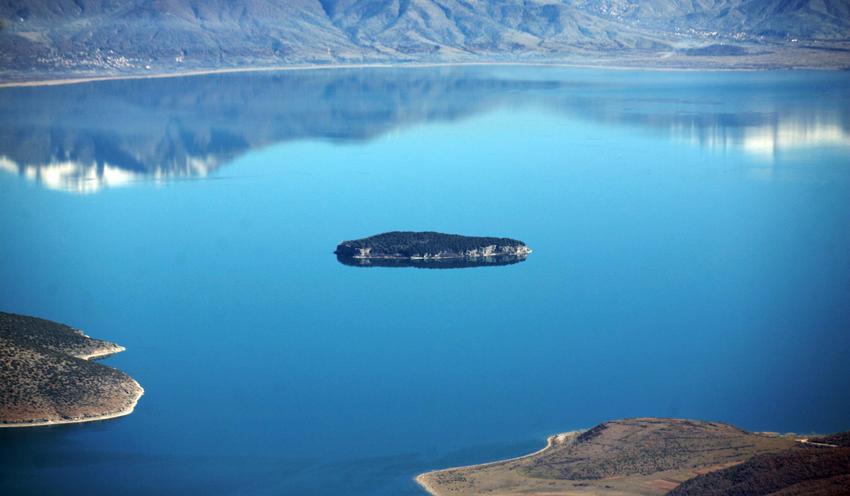 El lago Prespa en las fronteras de Albania, Macedonia y Grecia