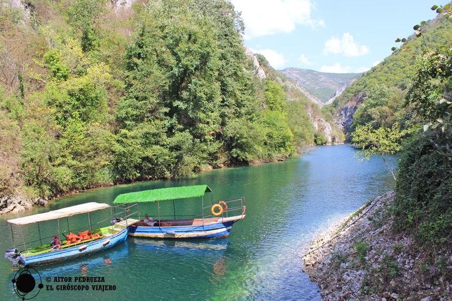Barcas en el cañón de Matka
