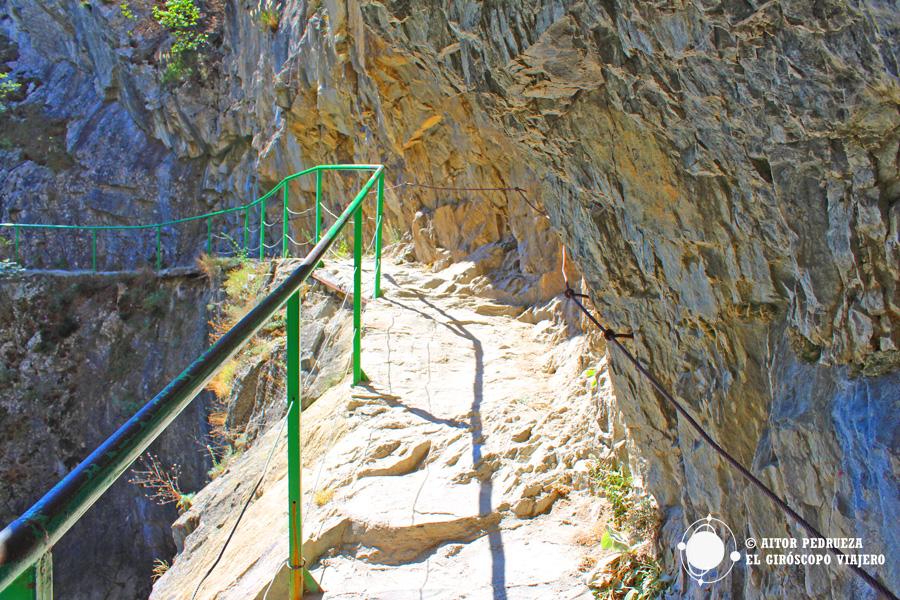 Camino tallado en la roca en el cañón de Matka