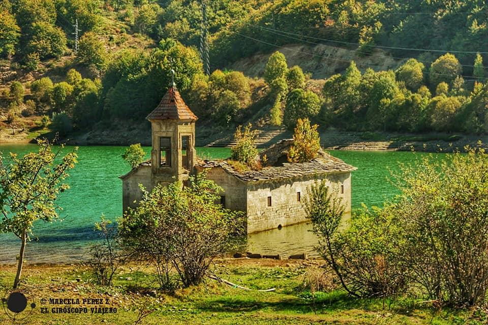 Iglesia de San Nicolás en el lago Mavrovo