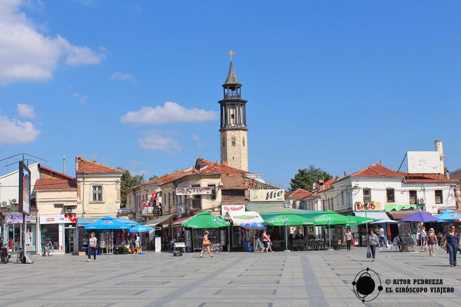 Plaza del centro de Prilep con la torre del reloj